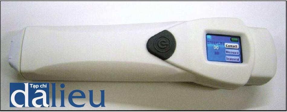 Hình 12.12 Máy đo sắc tố (Skin- tel). Đầu được áp dụng trên da và máy đo màu da tire thì.