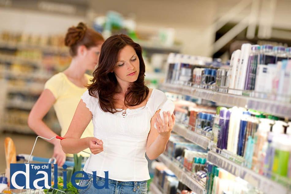 Lạm dụng các loại mỹ phẩm chứa chất lột tẩy có thể gây mỏng da, tăng nguy cơ hình thành nám