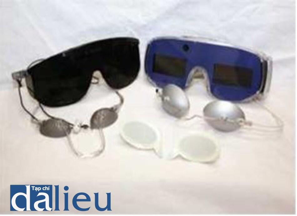 HÌNH 11 Mang kiếng bảo vệ được áp dụng cho điều trị laser hoặc IPL bao gồm kính bảo hộ cho bác sĩ, kính bằng chì nhỏ và các tấm che mắt dính bằng chì cho bệnh nhân.